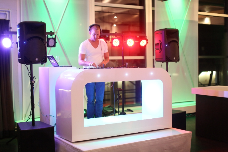 drive in set wit met ledverlichting op feest dj-booth