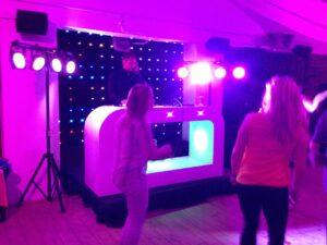 DJ set met paarse ledverlichting verhuur drive in set