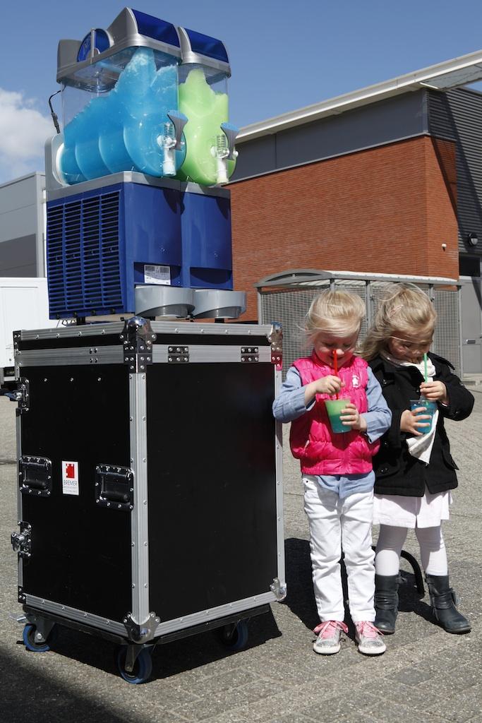 slush puppy machine met groene en blauwe slushpuppy met twee kinderen