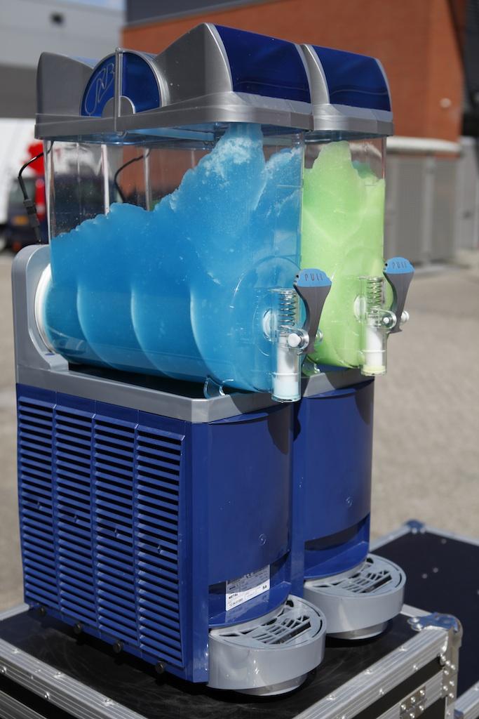 slush puppy machine met groene en blauwe slushpuppy te huur