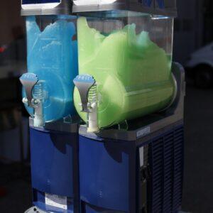 slush puppy machine met groene en blauwe slushpuppy verhuur