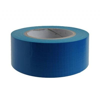 Blauwe gaffer tape ten behoeve van een groene loper bij allinpartyverhuur
