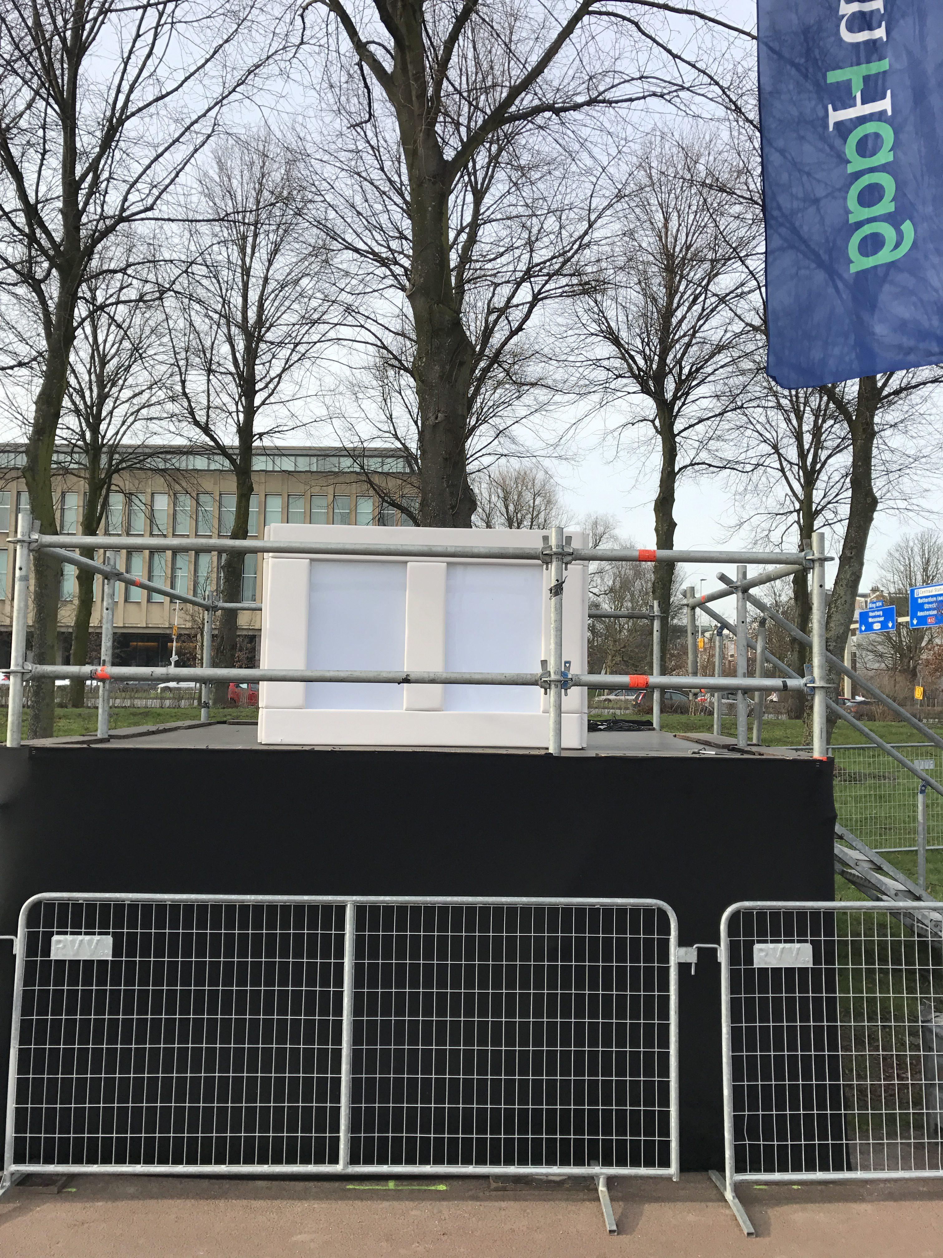 DJ booth van wit leer op een podium verhuur