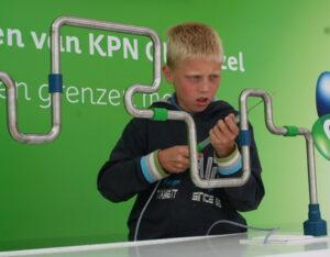 jongetje die geconcentreerd het zenuwspel speelt die gehuurd kan worden bij ons