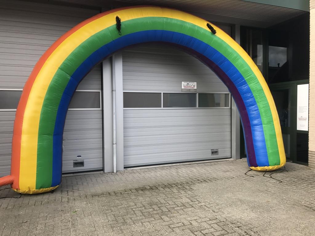 Opblaasbare regenboog boog huren verhuurt te huur